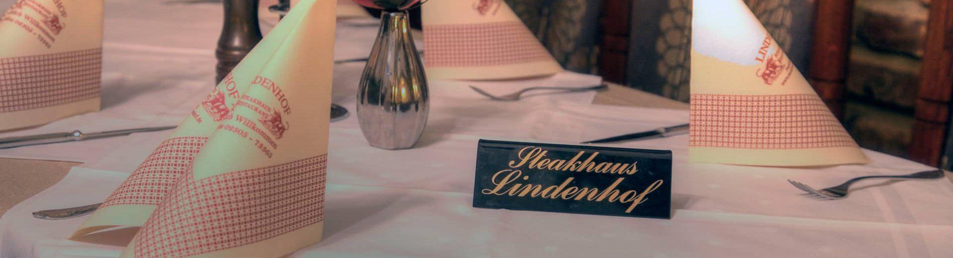 Gedeckter Tisch mit einem Schild wo